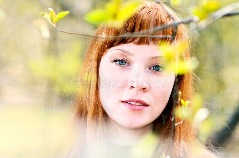 Face da mulher bonita nova ao ar livre fotografia de stock