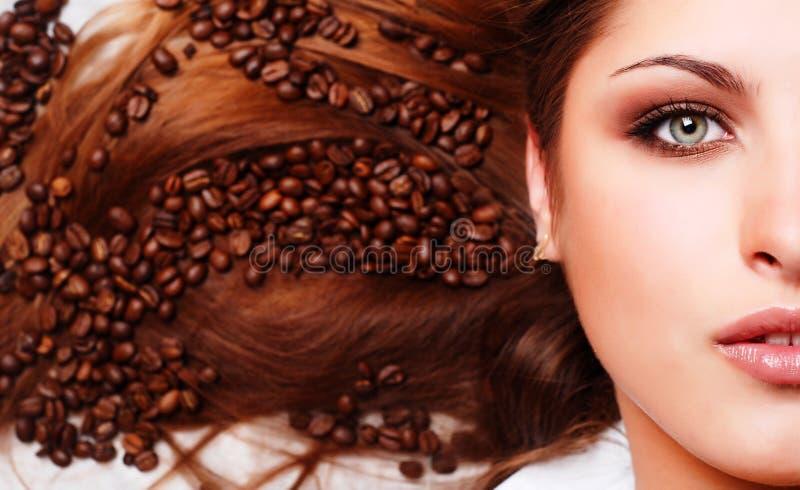 Face da mulher com feijões de café imagem de stock royalty free