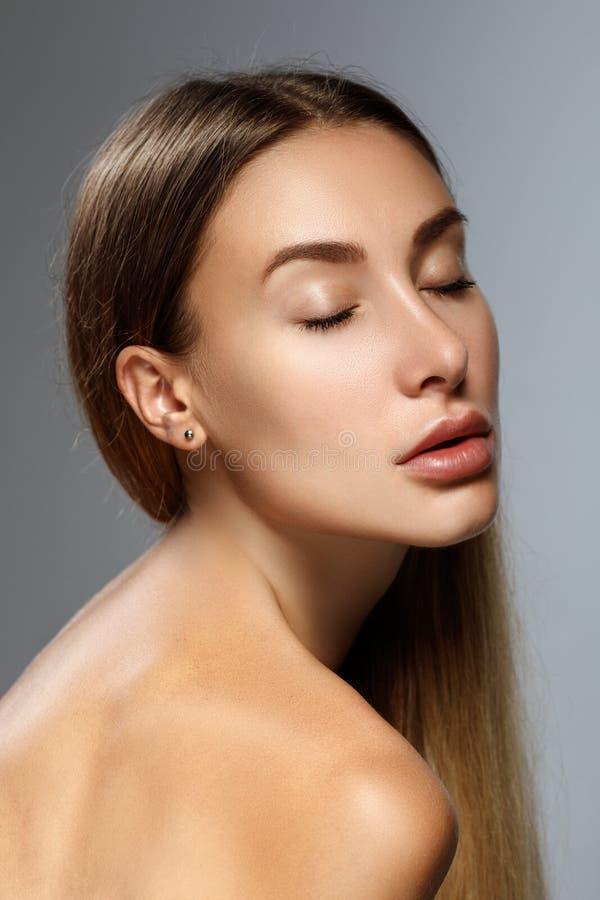 Face da mulher da beleza Menina com pele clara e cabelo longo imagem de stock