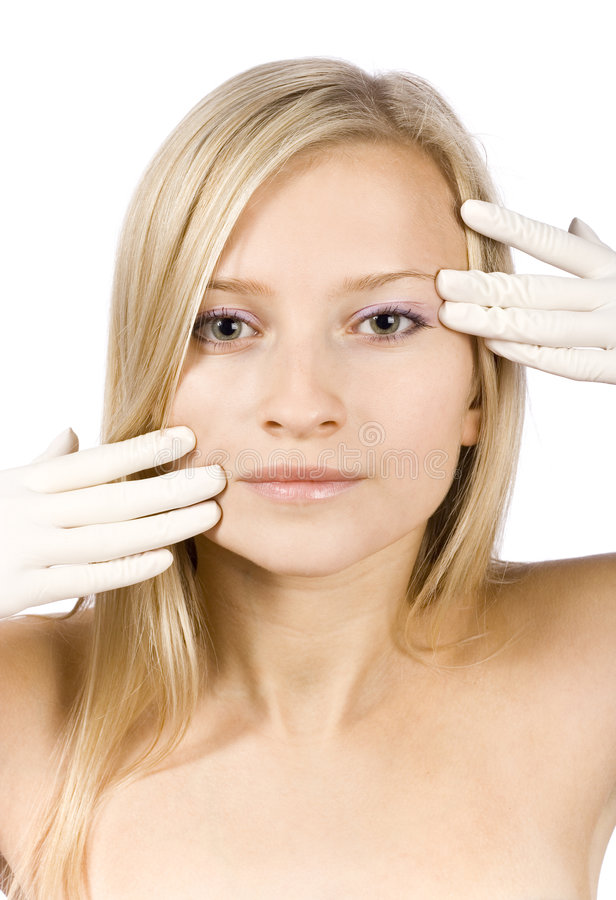 Face da mulher loura nova + suas mãos nas luvas fotos de stock royalty free