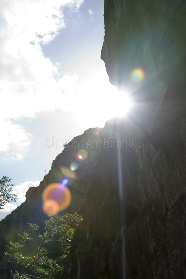Face da rocha com o alargamento brilhante da lente foto de stock