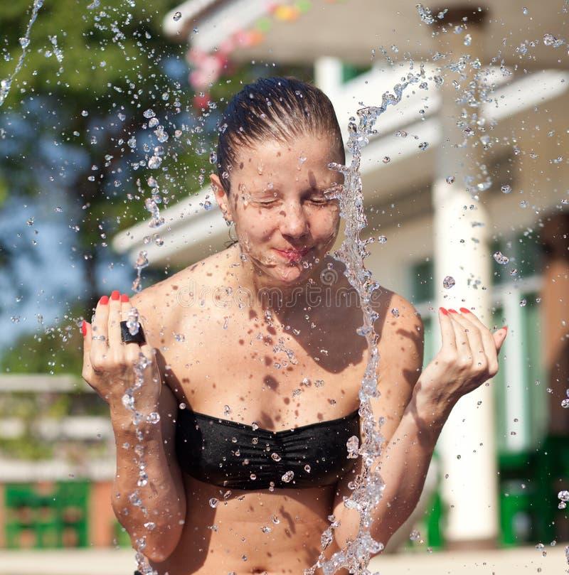 Face de lavagem da mulher fotos de stock royalty free