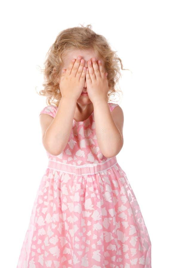 Face do couro cru da menina sob as mãos imagem de stock