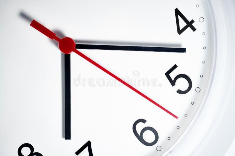 Face do relógio branca com mãos de pulso de disparo fotografia de stock
