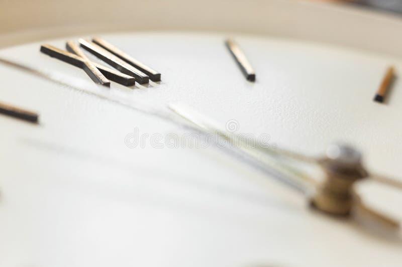 Face do relógio do pulso de disparo de parede velho foto de stock