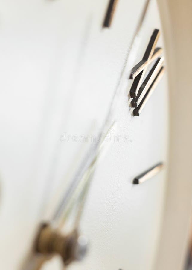 Face do relógio do pulso de disparo de parede velho imagens de stock