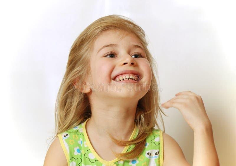 Face do riso louro pequeno da menina foto de stock royalty free