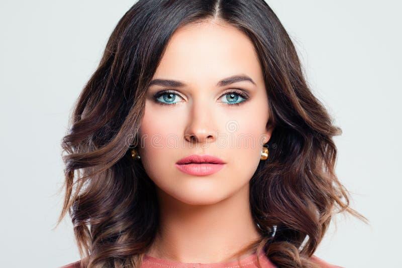 Face fêmea bonita Mulher à moda com composição foto de stock