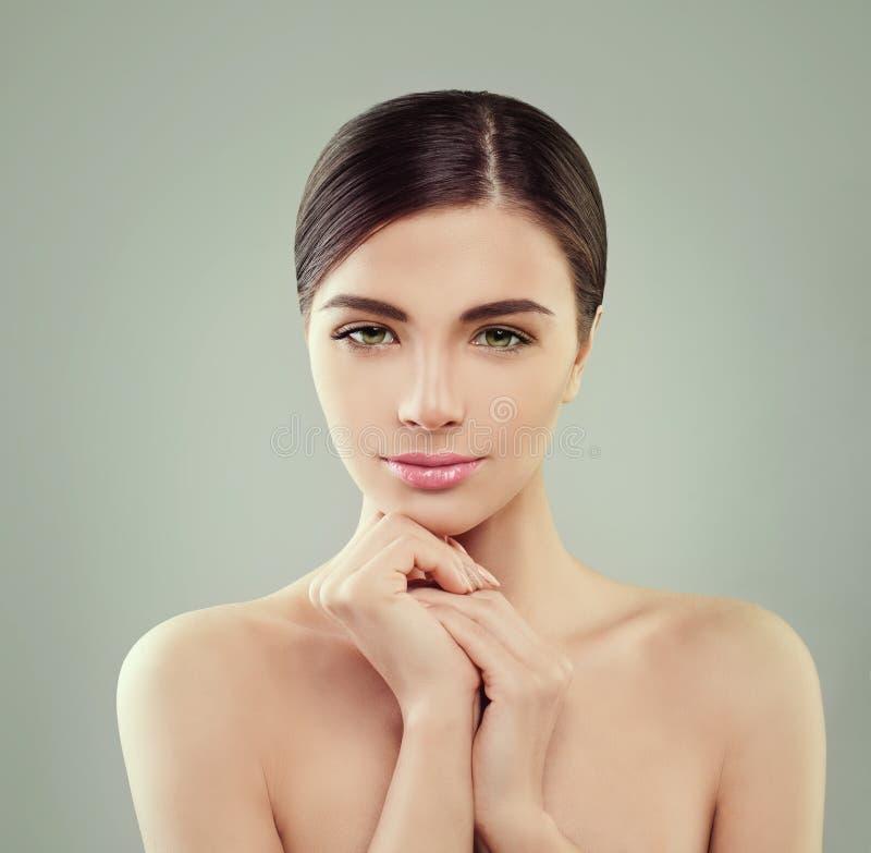 Face fêmea bonita Mulher saudável com pele clara foto de stock royalty free