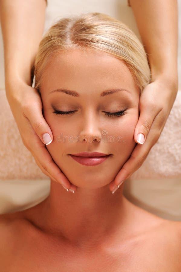 Face fêmea bonita que começ a massagem do abrandamento fotos de stock