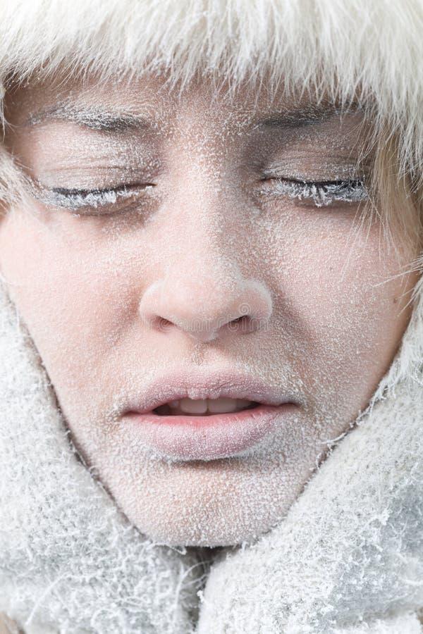 Face fêmea refrigerada coberta no gelo fotografia de stock royalty free