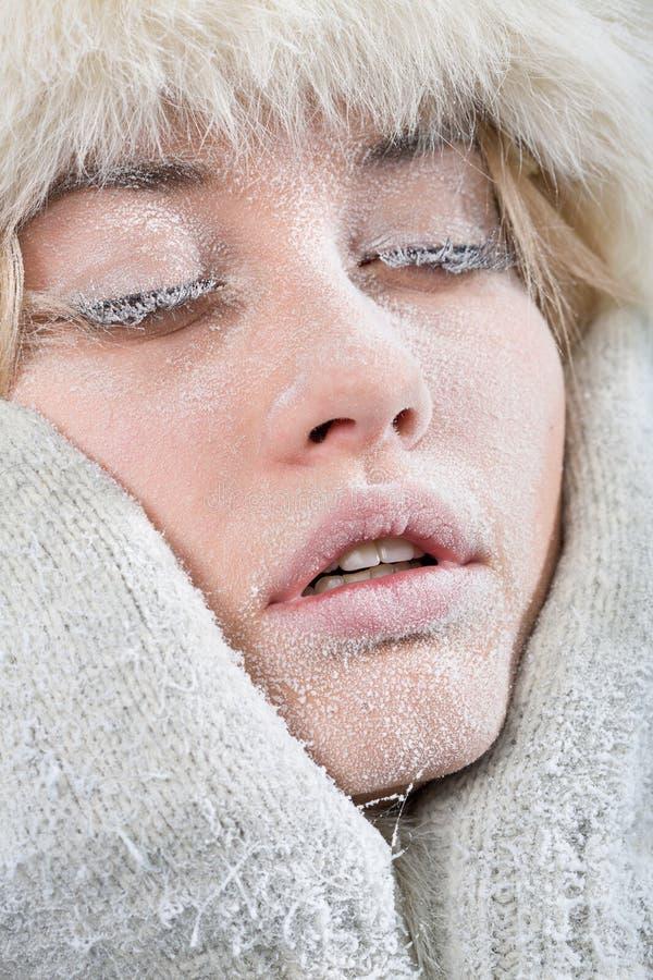 Face fêmea refrigerada coberta no gelo. imagens de stock