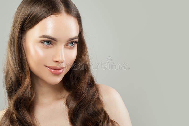 Face f?mea bonita Modelo saudável com pele clara e cabelo marrom longo Skincare e conceito do haircare imagens de stock