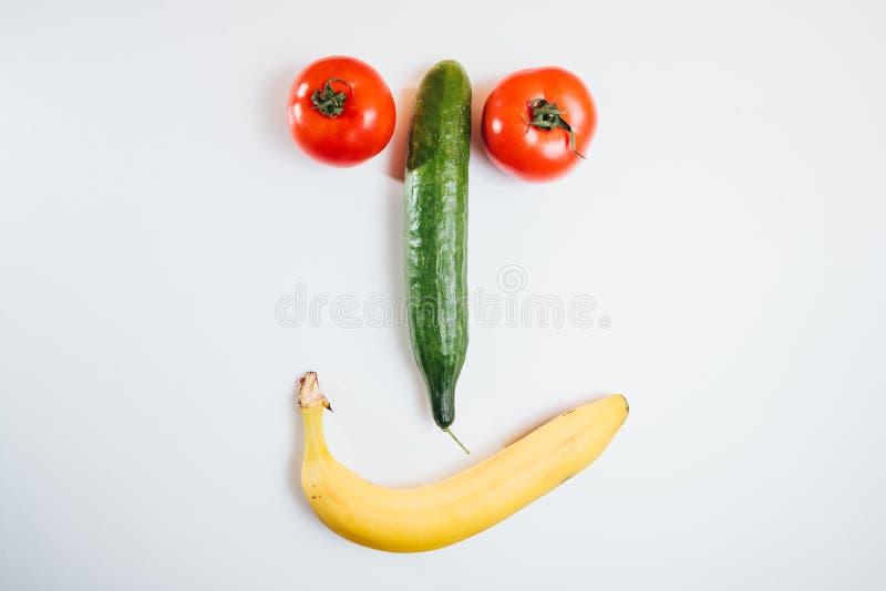 Face feliz feita com frutas frescas Tomate, pepino, banana foto de stock