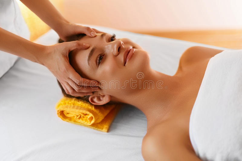 Face massage. Face treatment, skin care, wellbeing, wellness con royalty free stock images