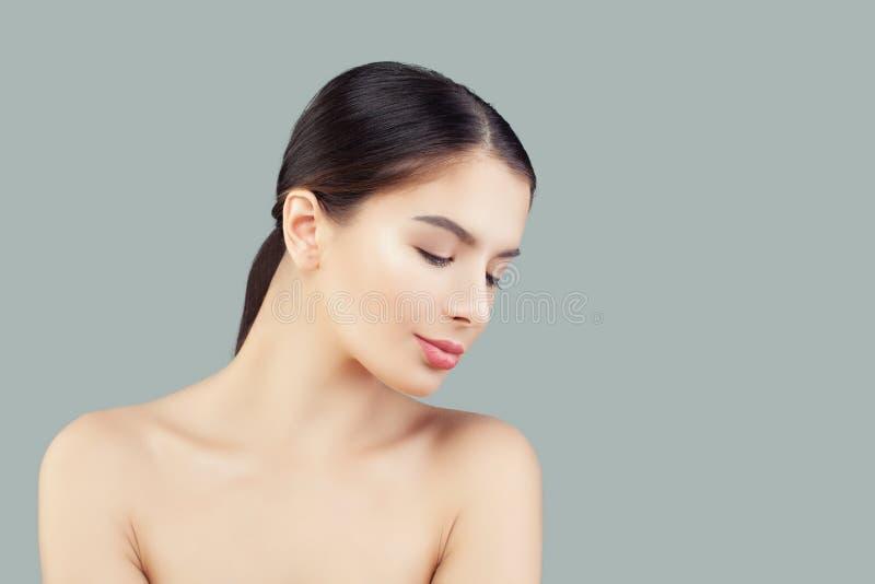 Face modelo fêmea novo Mulher de sorriso com pele saudável Conceito facial do tratamento, do skincare e da cosmetologia fotografia de stock royalty free