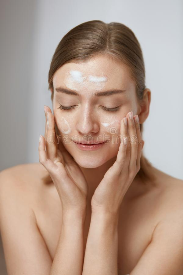 Free Face Skin Care. Woman Applying Facial Cleanser On Face Closeup Royalty Free Stock Images - 157513859