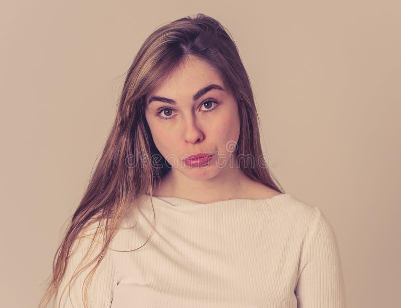 Face triste engra?ada Retrato da mulher nova do adolescente que faz expressões faciais tristes bonitos fotos de stock royalty free