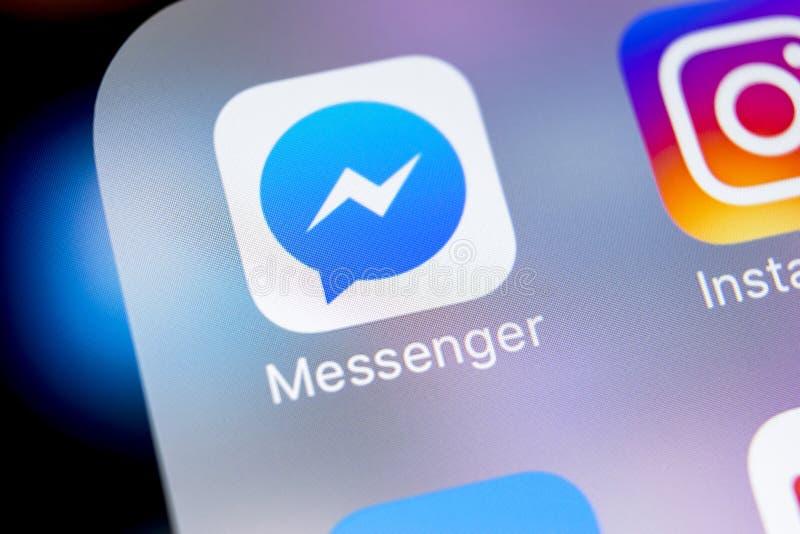 Facebook信使在苹果计算机iPhone x屏幕特写镜头的应用象 Facebook信使app象 网上互联网社交媒介 库存照片
