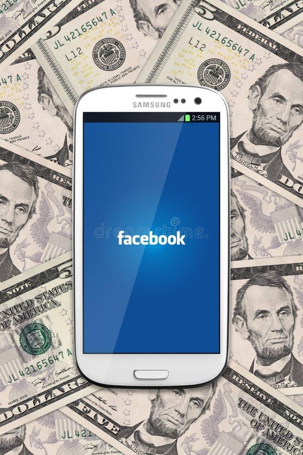 Facebook и деньги наличных денег стоковое фото rf