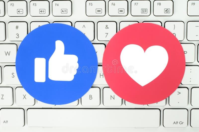 Facebook als en Liefdeknoop van Begrijpende Emoji-Reacties gezet op wit toetsenbord royalty-vrije stock afbeelding