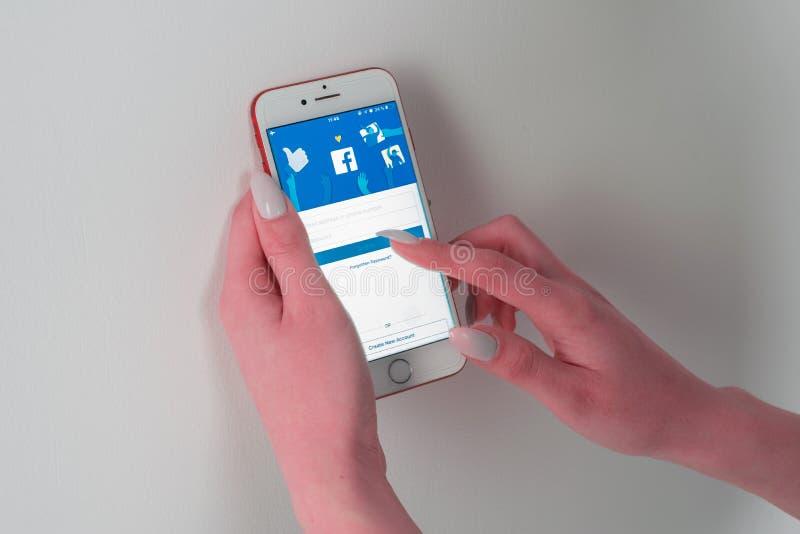Facebook app ogólnospołeczny medialny logo na nazwie użytkownikiej, w górę rejestracyjnej strony na mobilnym zastosowanie ekranie fotografia stock