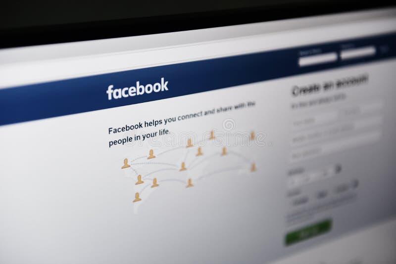 Facebook applikation på skärmbärbara datorn/det sociala massmedia med sidan av att skapa nya sociala nätverk för för facebookkont arkivfoto