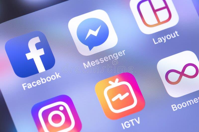 Facebook budbärare, Instagram appssymboler på skärmsmartphoen royaltyfri fotografi