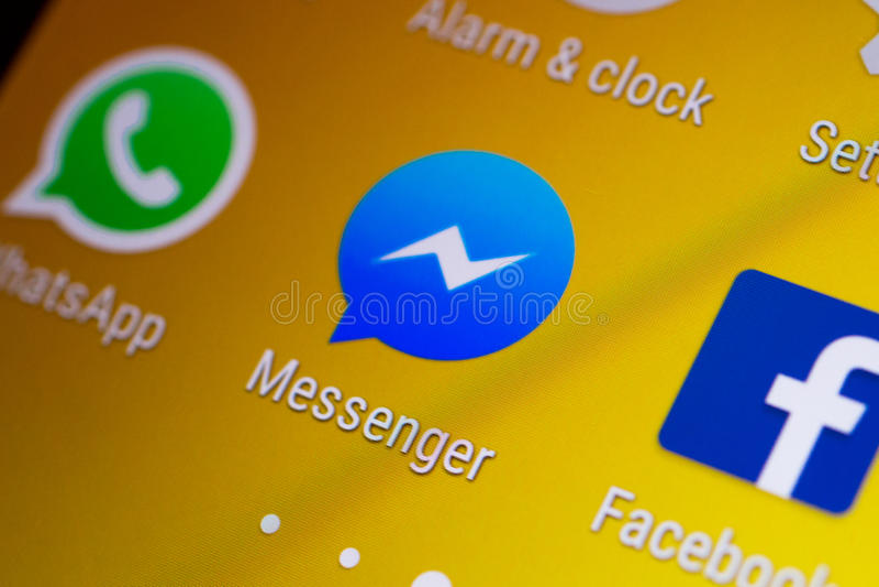 Facebook-de duimnagel/het embleem van de Boodschapperstoepassing op een androïde smartphone stock afbeeldingen