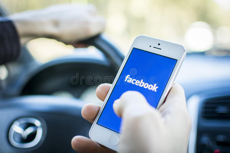 Facebook em Iphone 5 foto de stock