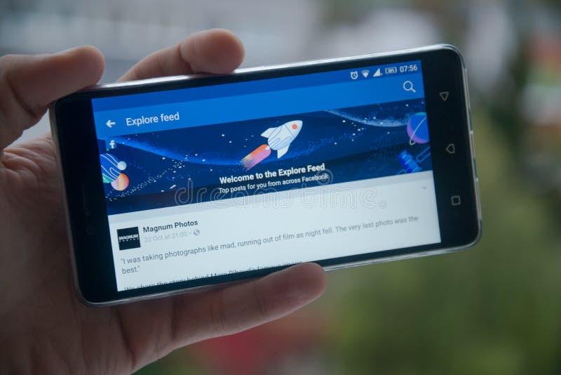 Facebook esplora si alimenta il telefono cellulare fotografia stock libera da diritti