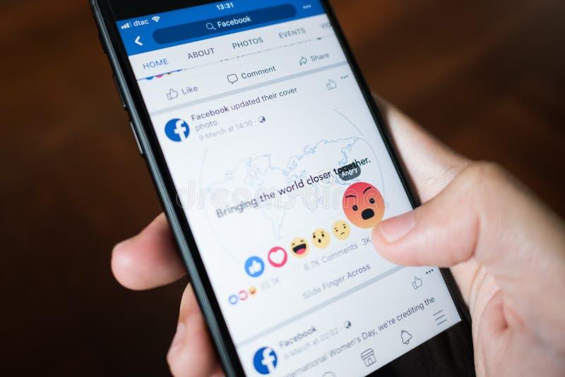 Facebook-gebruikersaanraking op Boze knoop in Facebook-toepassing op iPhone 7 royalty-vrije stock foto's