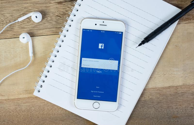 Facebook-het scherm op smartphone met bureaulevering royalty-vrije stock fotografie