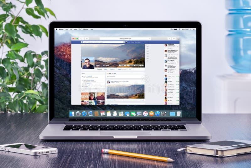 Facebook linia czasu w użytkownika profilu na Jabłczanym Macbook Pro obraz stock