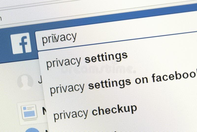 facebook rewizi bar użytkownik patrzeje dla informacji o prywatności zdjęcie stock