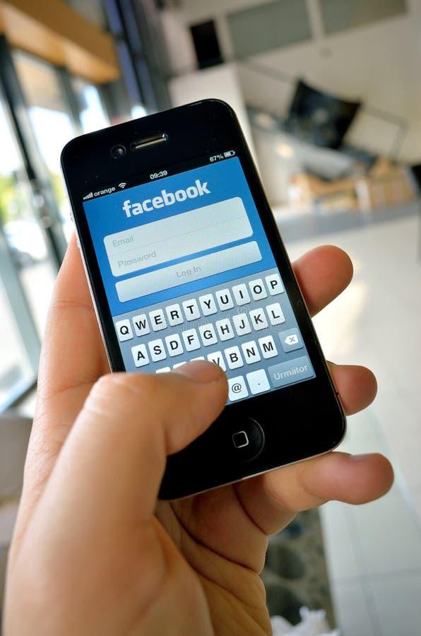 Facebook sieć na nowym smartphone zdjęcie royalty free