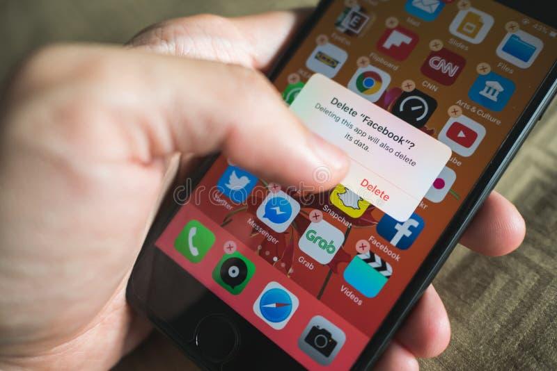 Facebook użytkownik kasuje Facebook zastosowanie na iPhone 7 obraz stock