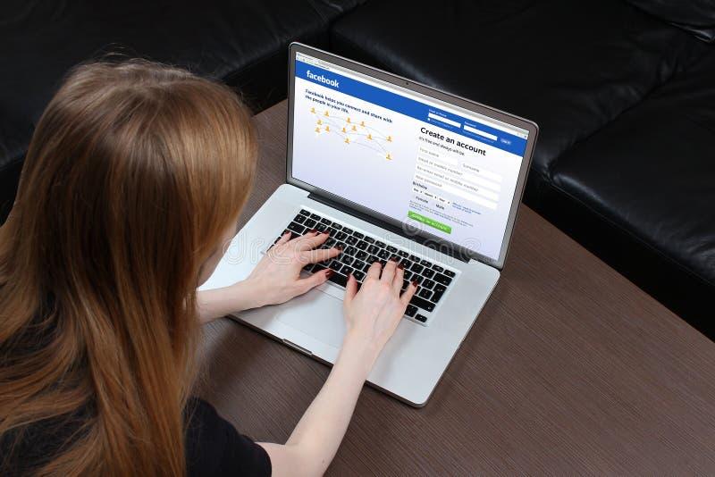 Facebook undertecknar upp royaltyfria bilder