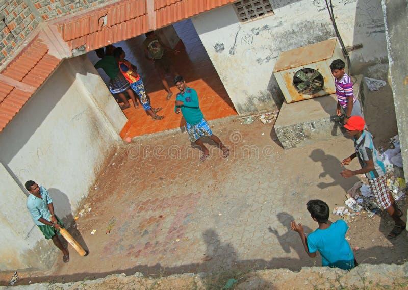 Faceci bawić się krykieta plenerowego w Kanyakumari, India zdjęcia stock
