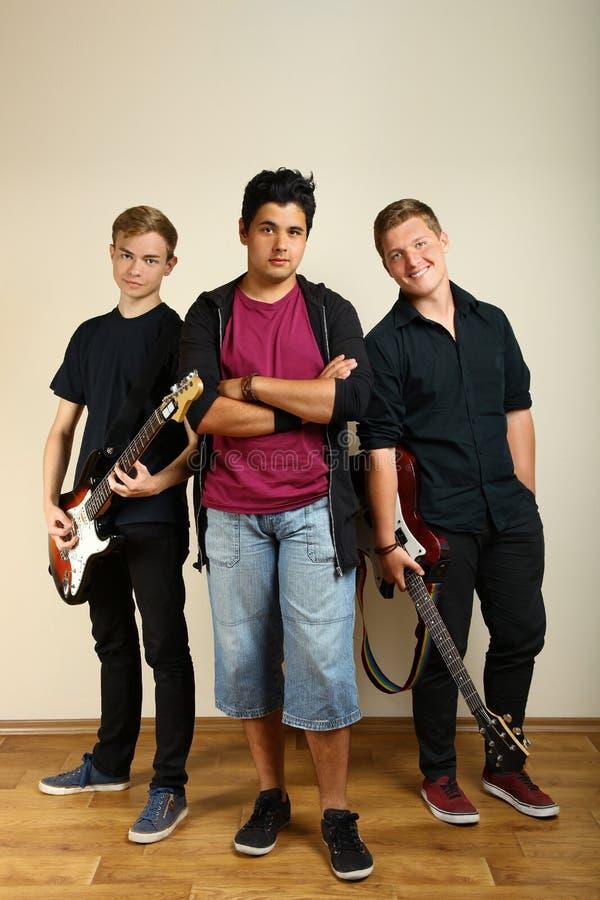 Faceci pozuje z gitarami elektrycznymi obraz royalty free