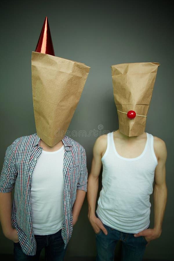 Faceci w papierowych torbach zdjęcia stock