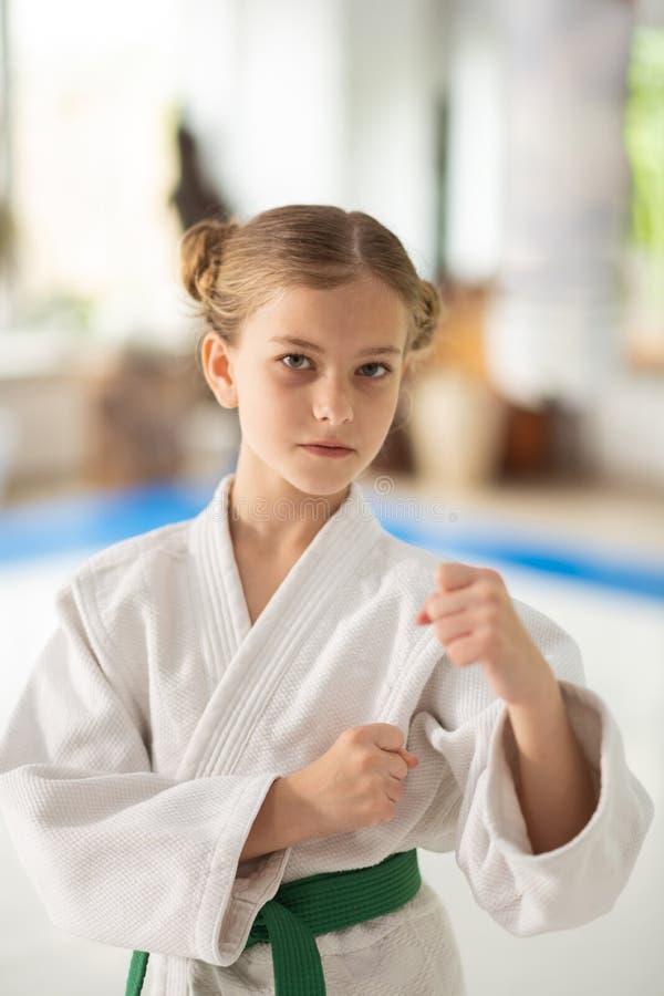 Facendo appello al kimono bianco d'uso della scolara per gli aikidi fotografia stock