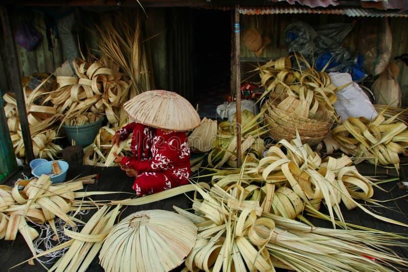 Facendo Caping ha chiamato Tanggui cappello tradizionale di Banjar, fotografie stock libere da diritti