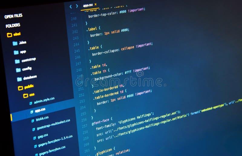 Facendo codice Css3 sui precedenti blu nel redattore di codice immagine stock