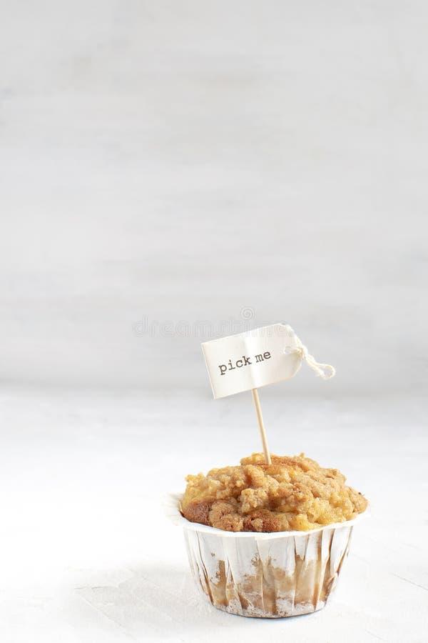 Facendo concetto del choise, dieta, perdita di peso, mangiante troppo, muffin con la scelta me cappello a cilindro, fondo bianco, fotografia stock