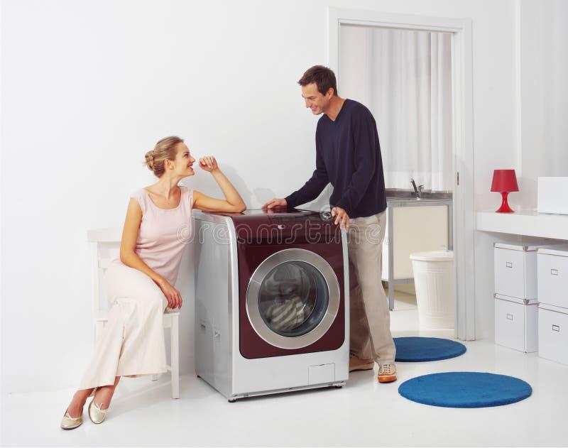 Facendo lavanderia a casa fotografie stock