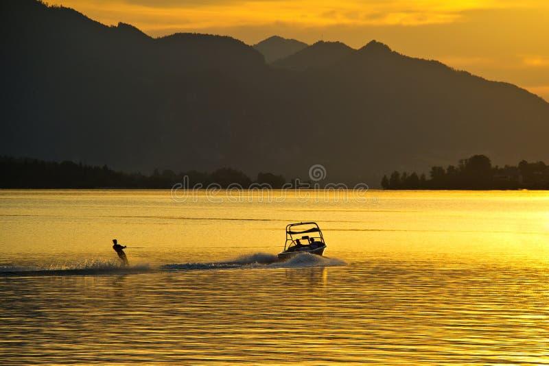Facendo sci nautico al tramonto fotografia stock