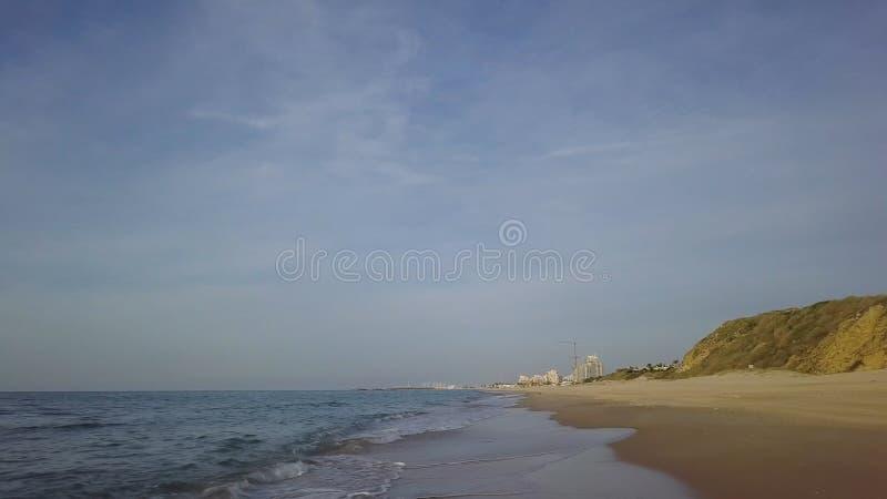 Facendo scorrere dalla linea costiera della spiaggia mediterrian fuori stagione vuota fotografia stock