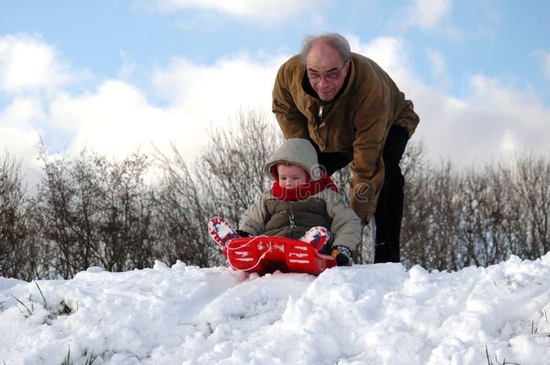 Facendo scorrere giù nella neve! fotografia stock