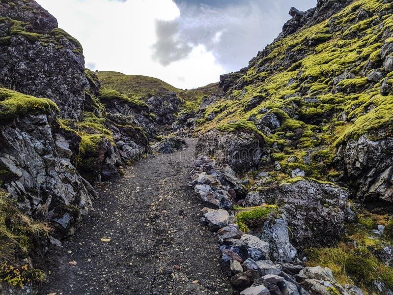 Facendo un'escursione attraverso il giacimento di lava fotografia stock libera da diritti